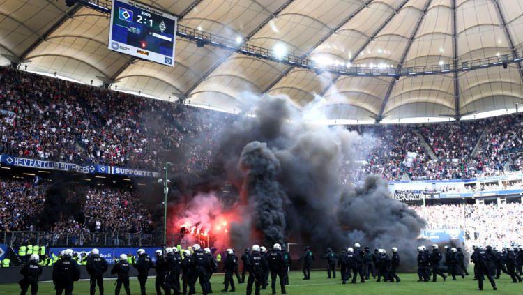 Kerusuhan di laga Hamburg vs Borussia Monchengladbach. Copyright: © INDOSPORT