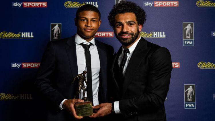 Rhian Brewster dan Mohamed Salah di Dinner FWA Footballer of The Year Copyright: © INDOSPORT