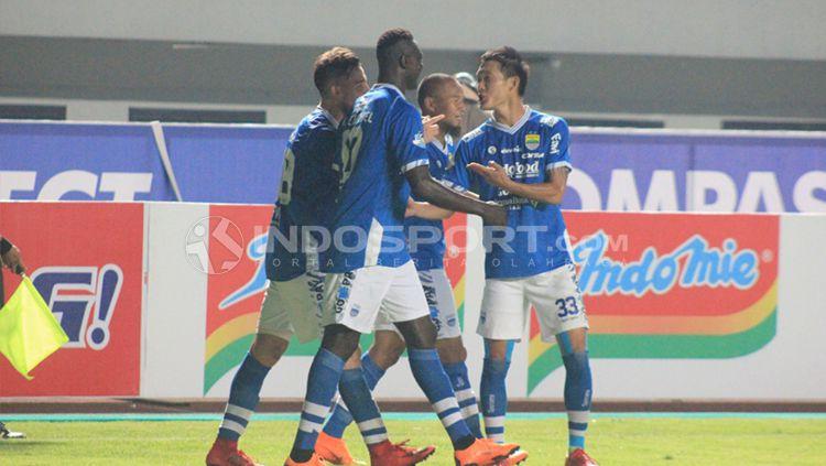 Jonathan Bauman merayakan gol yang dicetaknya bersama rekan-rekannya. Copyright: © Arif Rahman/INDOSPORT
