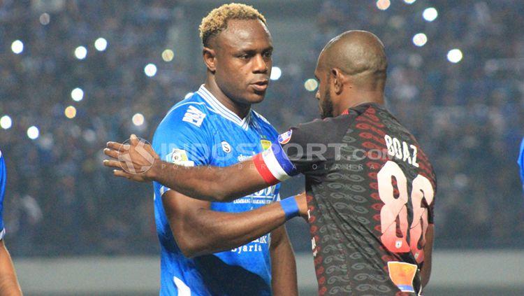 Victor Igbonefo (kiri) bersalaman dengan Boaz Solossa (kanan). Copyright: © Arif Rahman/INDOSPORT
