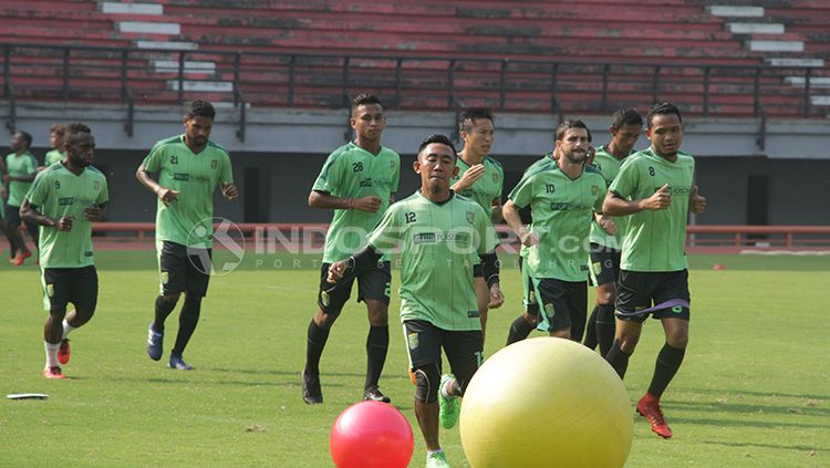 Persebaya Surabaya menjalani latihan. Copyright: © Fitra Herdian/INDOSPORT