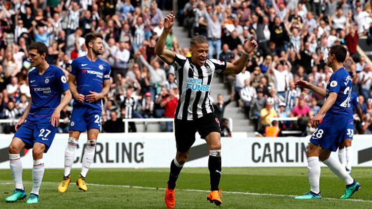 Selebrasi pemain Newcastle diantara kekecewaan Chelsea. Copyright: © INDOSPORT