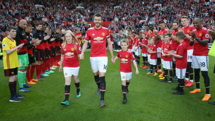 Guard of Honor Michael Carrick. Copyright: © INDOSPORT