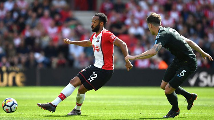 Pemain Southampton berhadapan dengan Manchester City. Copyright: © INDOSPORT