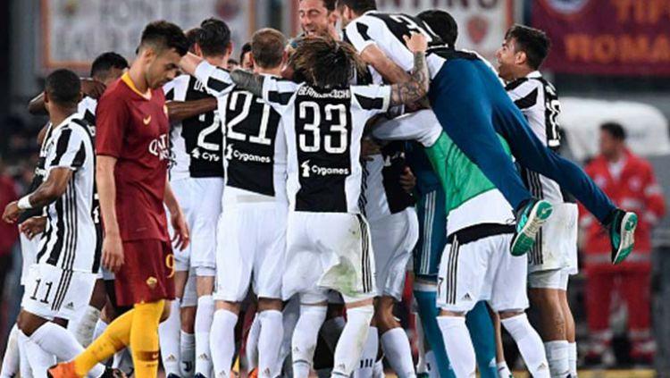 Andrea Barzagli dengan kaos yang dikhususkan untuk merayakan gelar juara Serie A ketujuh beruntun. Copyright: © INDOSPORT