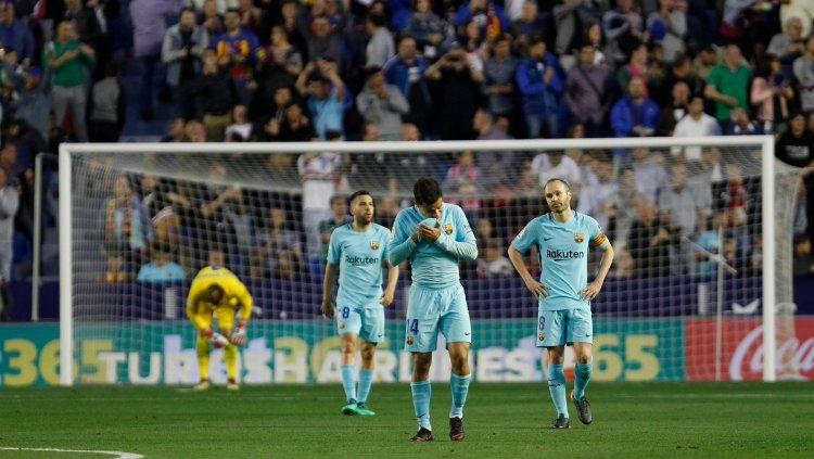 Para pemain Barcelona tertunduk lesu. Copyright: © INDOSPORT