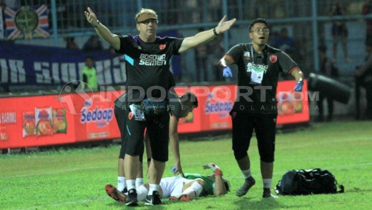 Pelatih PSM Makassar, Robert Rene Alberts dalam laga melawan Arema FC. Copyright: © Ian Setiawan/INDOSPORT