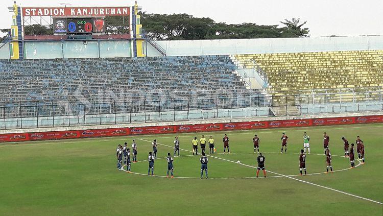 Penghormatan korban bom dalam laga Arema FC vs PSM Makassar. Copyright: © Ian Setiawan/INDOSPORT