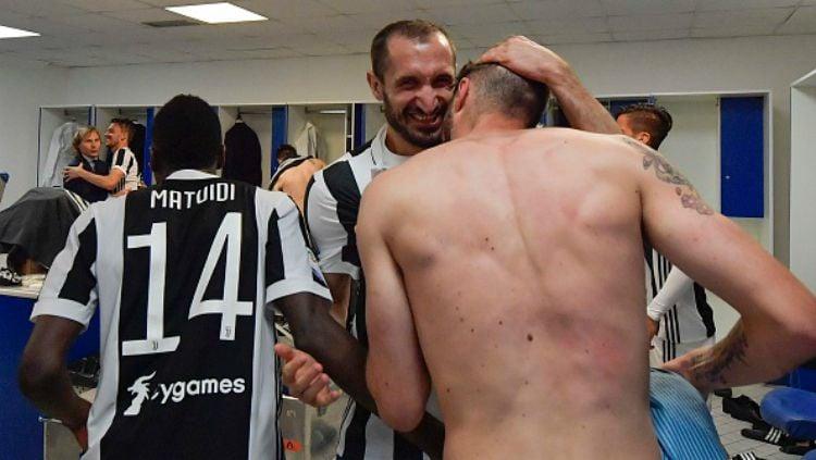 Kekecewaan pemain AS Roma saat Juventus selebrasi. Copyright: © INDOSPORT