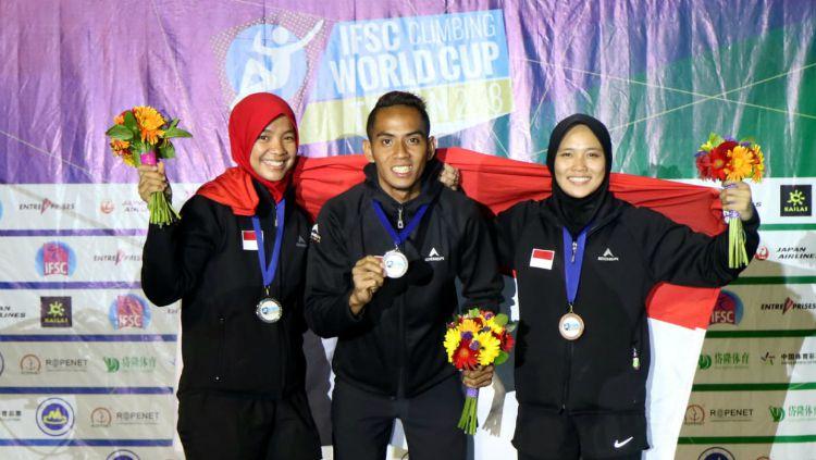 Agustina Sari, Sabri, dan Aries Susanti Rahayu berfoto bersama usai meraih medali pada IFSC World Cup di Tai'an, China. Copyright: © Humas FPTI