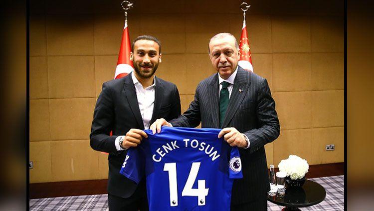 Gelandang serang Everton, Cenk Tosun dan Recep Tayyip Erdogan, Presiden Turki. Copyright: © INDOSPORT