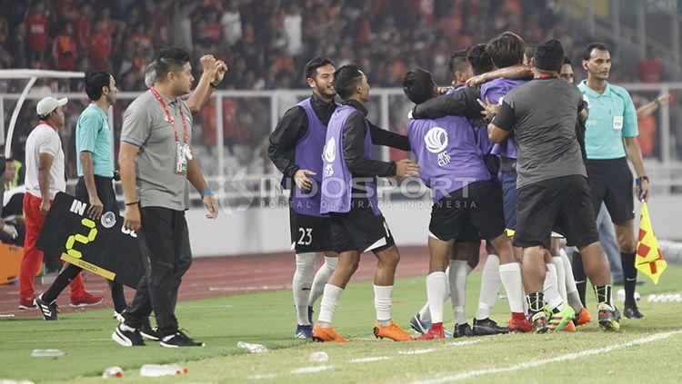 Para pemain Home United berselebrasi usai berhasil mencetak angka. Copyright: © Herry Ibrahim/INDOSPORT