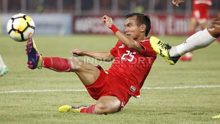 Riko Simanjuntak harus jatuh bangun untuk menguasai bola. Copyright: © Herry Ibrahim/INDOSPORT