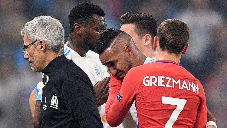 Antoine Griezmann tampak memberikan semangat kepada Payet yang ditarik keluar karena cedera. Copyright: © INDOSPORT