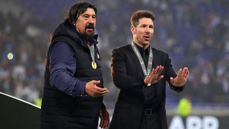 Diego Simeone dan asisten pelatihnya. Copyright: © INDOSPORT
