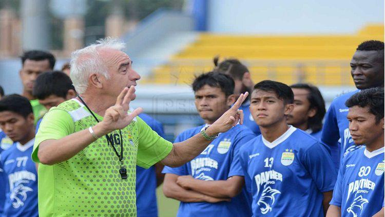Mario Gomez memberikan intstruksi kepada pemainnya dalam sesi latihan di bulan Puasa. Copyright: © persib.co.id