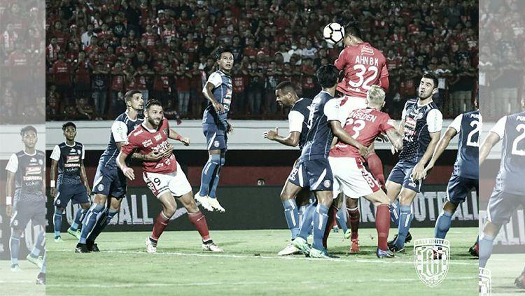 Selebrasi para pemain Bali United usai cetak gol ke gawang Persipura. Copyright: © Twitter/@baliutd