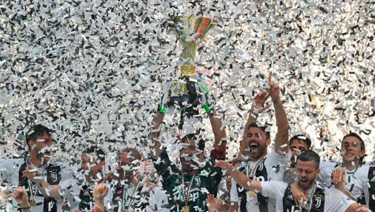 Juventus saat mengangkat trofi di musim 2017/18 kemarin. Copyright: © INDOSPORT