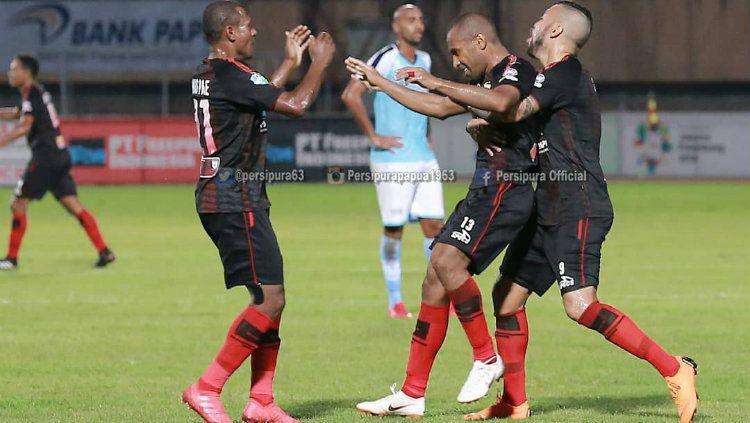 Para pemain Persipura Jayapura merayakan gol. Copyright: © Twitter/@persipura63