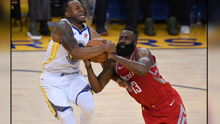 Bintang Golden State Warriors, Andre Iguodala berduel dengan megabintang Houston Rockets, James Harden. Copyright: © INDOSPORT