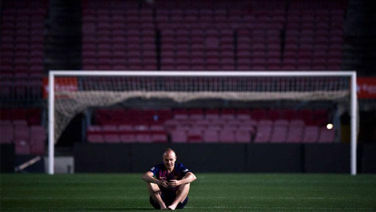 Andres Iniesta seorang diri di Camp Nou. Copyright: © @BarcaGalaxy
