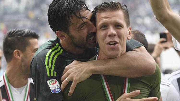 Seorang fans melempar terompet ke bus pemain Juventus. Copyright: © Daily Mail