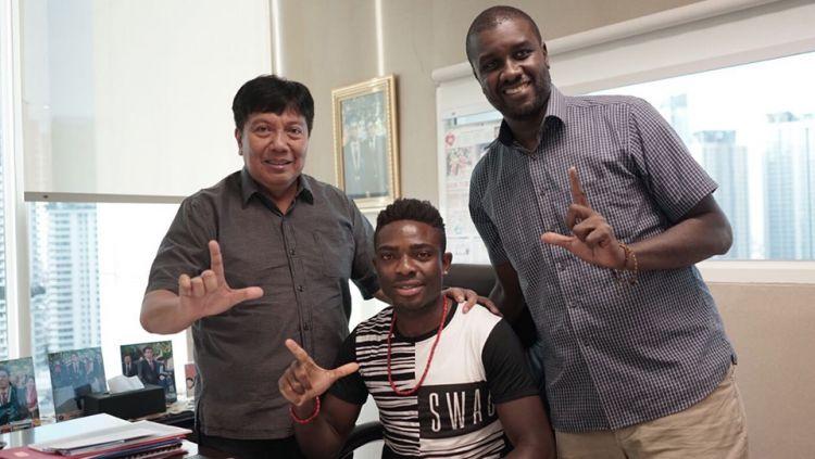 Osas Marvelous Saha (tengah) bersama Gede Widiade (kiri). Copyright: © Persija