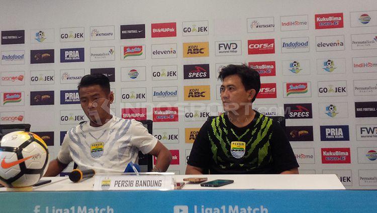 Pelatih fisik Persib Bandung, Yaya Sunarya (kanan) saat konferensi pers. Copyright: © Arif Rahman/INDOSPORT