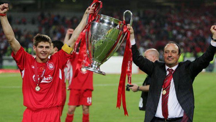 Mantan kapten dan pelatih Liverpool, Steven Gerrard (kiri) dan Rafael Benitez. Copyright: © Getty Image