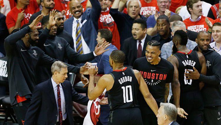 Selebrasi para pemain Houston Rockets usai memastikan kemenangan atas Golden State Warriors. Copyright: © Getty Image