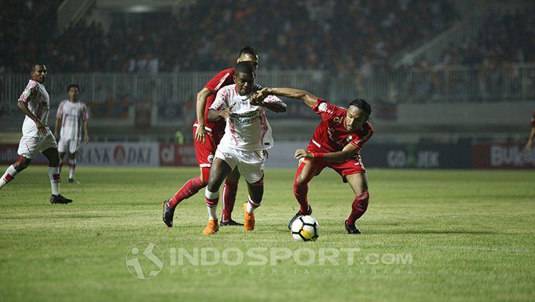 Tepat dua tahun lalu, 25 Mei 2018, klub Persipura Jayapura akhirnya merasakan kekalahan dari Persija Jakarta di Liga 1 2018. Copyright: © INDOSPORT/Herry Ibrahim