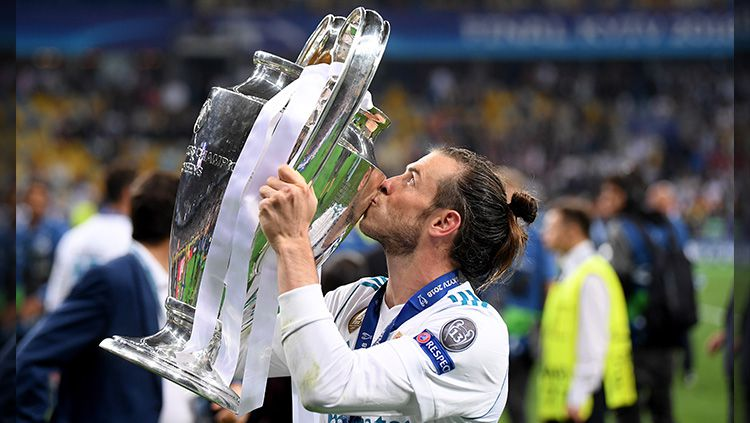 Bale angkat Trofi Liga Champions. Copyright: © Getty Images