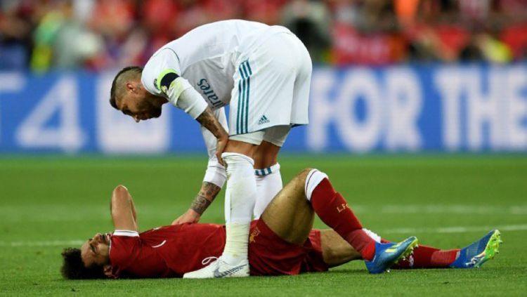 Sergio Ramos memeriksa kondisi Mohamed Salah. Copyright: © Getty Images