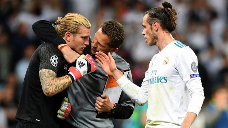 Loris Karius dihibur staf Real Madrid dan Gareth Bale. Copyright: © Getty Image