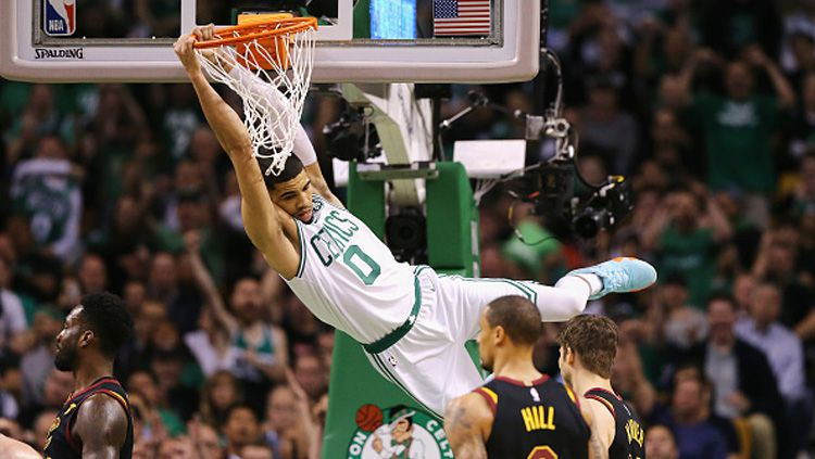Aksi dunk dari bintang Boston Celtics, Jayson Tatum. Copyright: © Getty Images
