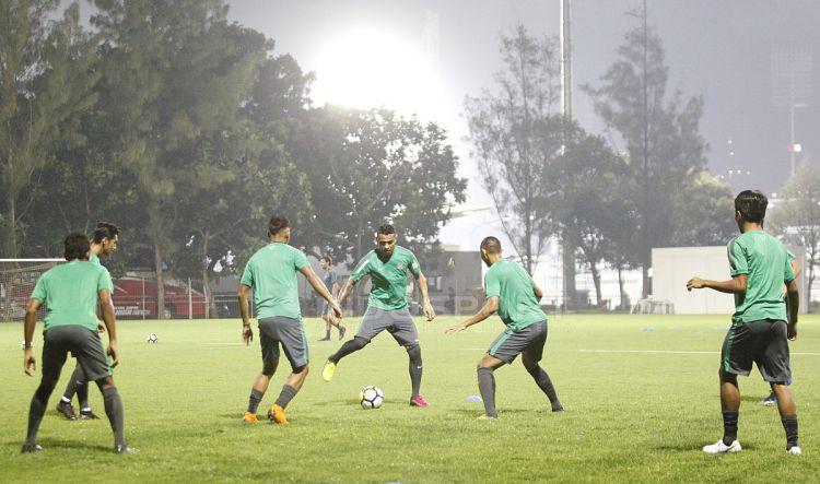 Yabes Roni (kanan) berusaha melepaskan diri dari penjagaan pemain Timnas U-19. Copyright: © Herry Ibrahim/INDOSPORT