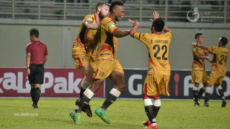 Bek Mitra Kukar Mauricio Aparecido Leal merayakan gol. Copyright: © liga-indonesia.id