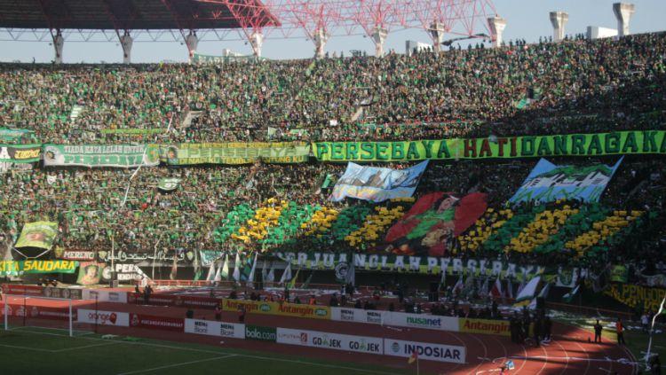 Ribuan Bonek mendukung Persebaya saat pertandingan melawan Arema FC (06/05/18). Copyright: © Fitra Herdian Ariestianto/INDOSPORT