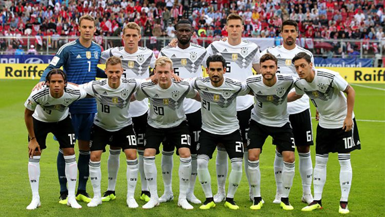 Toni Kroos menjadi model jersey anyar Timnas Jerman untuk Piala Dunia Rusia 2018. Copyright: © Twitter@adidasfootball
