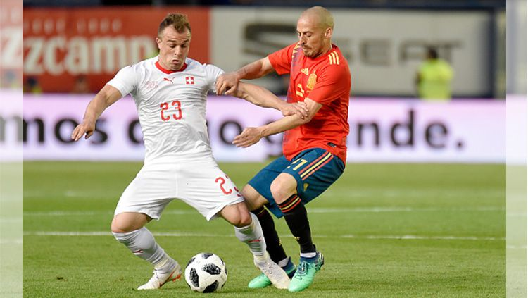 Perebutan bola antara Shaqiri (kiri) dengan Iniesta (kanan). Copyright: © Getty Images