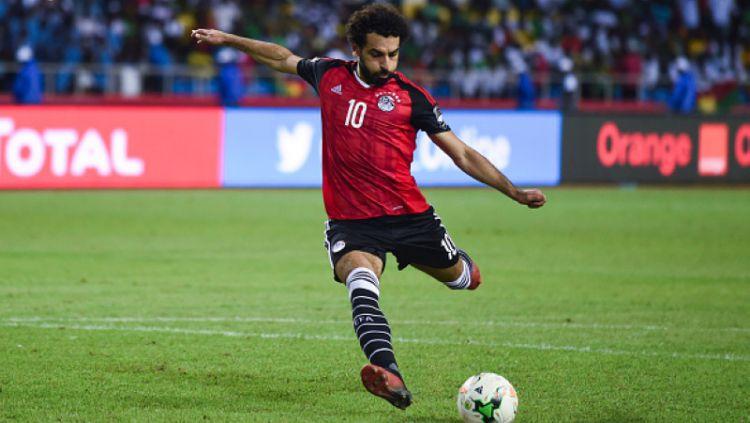 Mohamed Salah saat mengeksekusi tendangan penalti di Timnas Mesir. Copyright: © Getty Images
