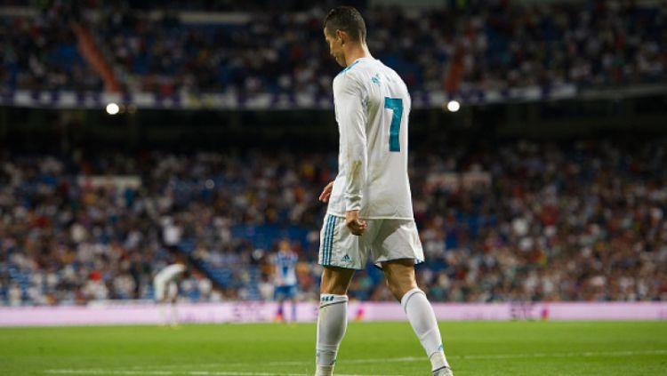 Cristiano Ronaldo pergi meninggalkan lapangan. Copyright: © Getty Images