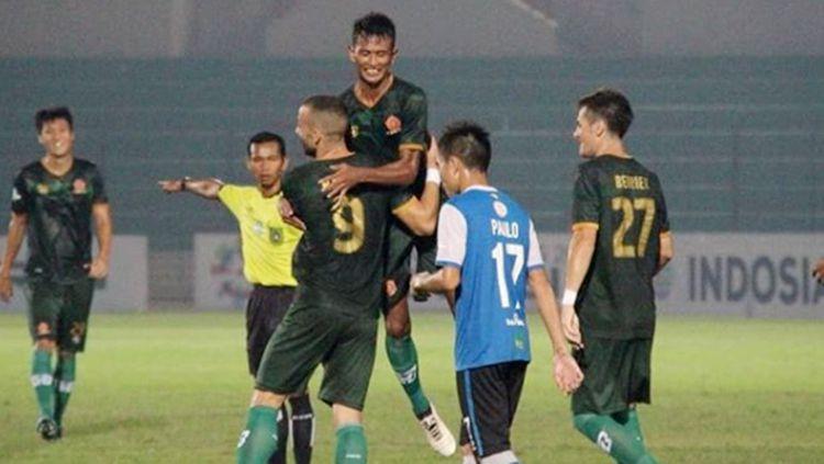 Aksi selebrasi pemain PS TIRA saat mencetak gol ke gawang Barito Putera. Copyright: © Instagram/@pstni_official