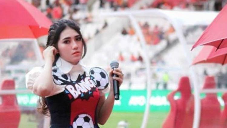 Berita sport: Suporter Persebaya alias Bonek diketahui tak hanya datang dari kalangan biasa, tetapi ada pula penyanyi dangdut Indonesia seperti Via Vallen. Copyright: © Instagram/Via Vallen