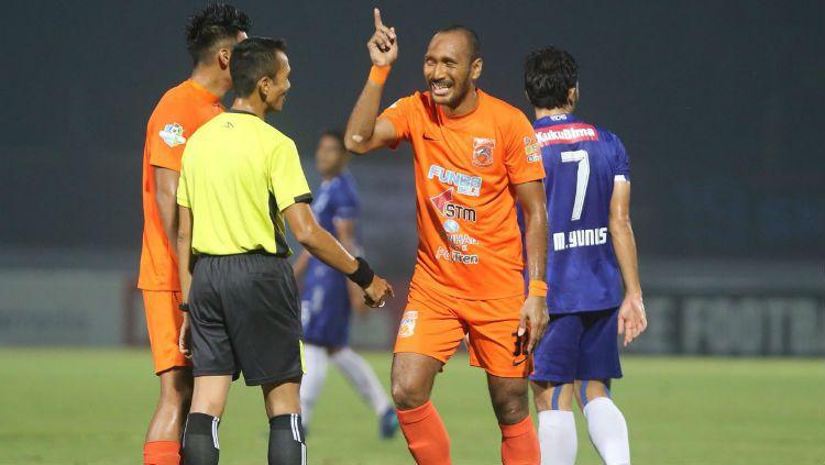 Pemain PSIS Semarang mencoba melindungi bola dari pemain Borneo FC. Copyright: © Borneo FC
