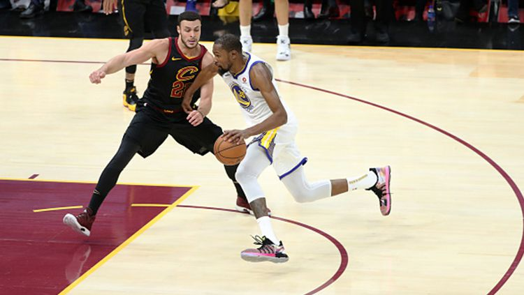 Kevin Durant dikawal ketat pemain Cleveland Cavaliers. Copyright: © Getty Images