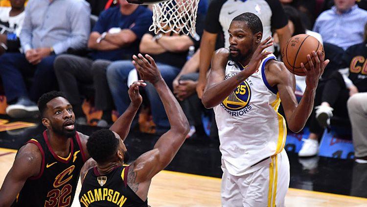 Kevin Durant (Golden State Warriors) tampil memukau saat melawan Cleveland Cavaliers di Final NBA 2018. Copyright: © Getty Images