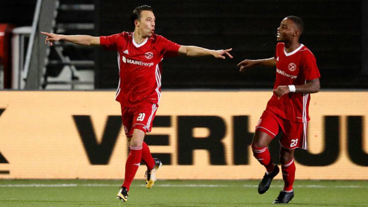 Gaston Salasiwa (kiri) merayakan golnya bersama Achille Vaarnold saat Almere City bertanding kontra PSV U23. Copyright: © Getty Images