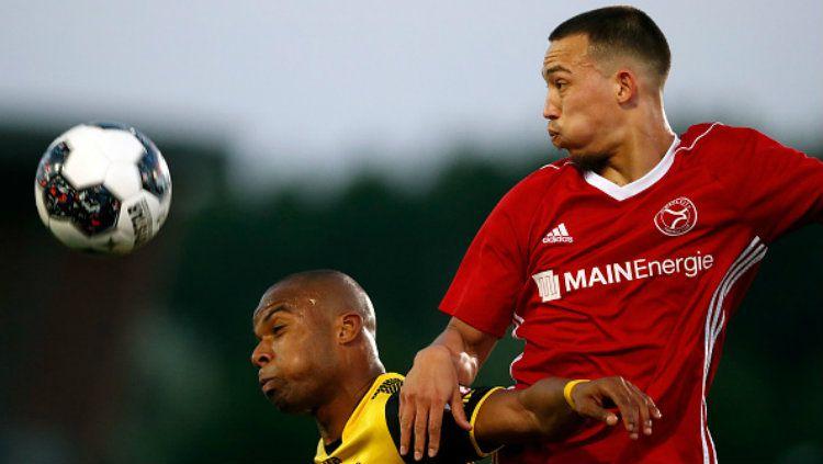 Gaston Salasiwa berusaha merebut bola dari Mikhail Rosheuvel saat bertanding melawan Roda JC. Copyright: © Getty Images