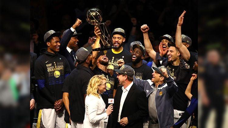Perayaan para pemain Golden State Warriors usai meraih gelar NBA 2018. Copyright: © Justin K. Aller/Getty Images